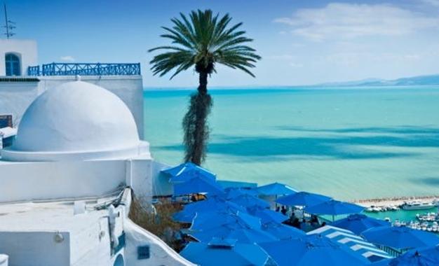 العشاق يخرجون من مخابئهم: تونس شارعا وشاطئا وسماء زرقاء